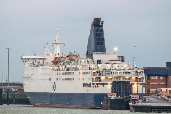 Het einde van de Pride of Bruges in Zeebrugge: het logo van P&O Ferries op de romp en de schoorsteen wordt overschilderd.© Port of Zeebrugge Fanpage
