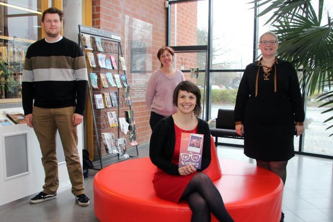 Bieke Vanlaeken overhandigde haar nieuwe boek in de bibliotheek. Cultuurfunctionaris Ewout Impe, bibliothecaris Thea Libbrecht en cultuurschepen Isabelle Degezelle, wensten haar succes.©Geert Vanhessche