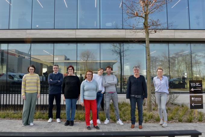 Ceo Christophe Morbee (derde van rechts) huist samen met zijn team in een gloednieuw kantoorgebouw.© DM
