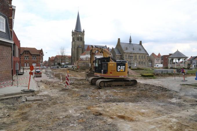 De westkant van het St-Medardusplein is nu volledig afgesloten,er is geen toegang meer vanaf de Vierstraat,Wijtschatestraat,Wulvergemstraat en Schoolstraat.© EF