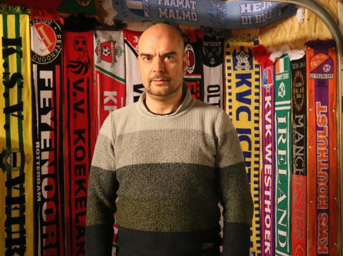 """Kris Vandersloten bij een deel van zijn voetbalsjaals: """"Ondertussen heb ik sjaals van over vrijwel de hele wereld.""""©type="""