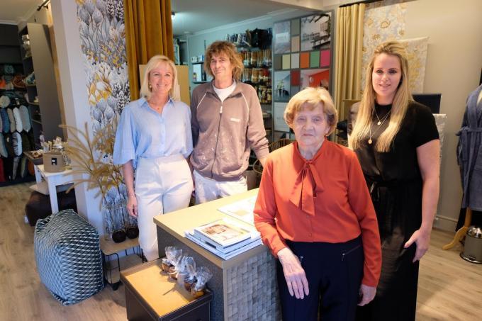 Op de foto herkennen we achteraan de derde generatie, zaakvoerders Heidi Bussche en Koen Jonckheere. Vooraan zien we met Jacqueline Verplancke de tweede generatie en naast haar staat kleindochter Beth Jonckheere.© BC