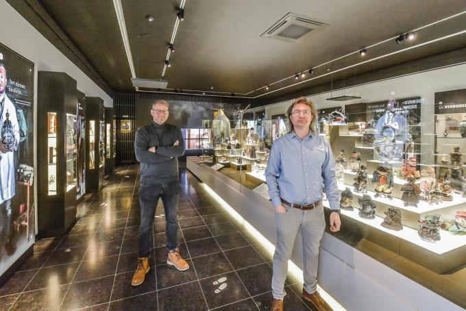 Steven Masil en schepen Geert Bossuyt bij de indrukwekkende collectie tabakspotten in het Nationaal Tabaksmuseum.©Luc Vanthuyne LVW