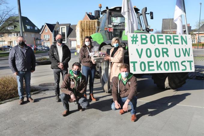 Provinciaal voorzitter Celine Brutsaert van Groene Kring overhandigde in Torhout streekproducten aan Vlaams minister Hilde Crevits. Het slot van een dagenlange tractorestafette. Ook schepen van Landbouw Hans Blomme (links) was present.©Johan Sabbe