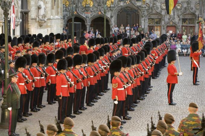 The Grenadier Guards in september 2006 bij hun 350ste verjaardag in Brugge. Deze zaterdagnamiddag mogen zij de processie begeleiden van de royal funeral van prins Philip in Engeland. (Foto Stad Brugge)
