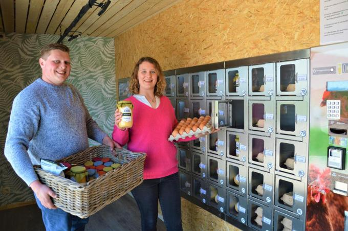Thomas Wackenier en Jana Beirens bij de hoeveautomaat. (foto WK)©WK