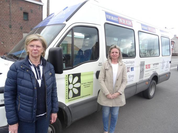 Marie-Roos (links) geeft de sleutel van de schoolbus door aan de nieuwe buschauffeur Patricia. (foto TV)