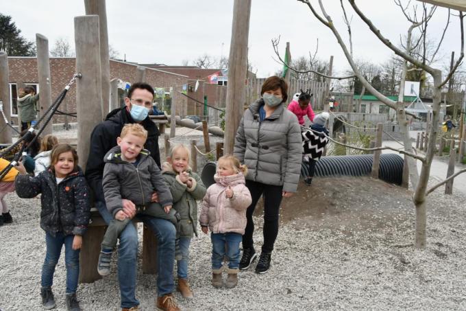 Meester Cedric Ryckaert van Sint-Paulus en Anja De Wit (adviseur communicatie Aquafin) met enkele kinderen op de klimaatspeelplaats van Sint-Paulus.© (Foto EDB)