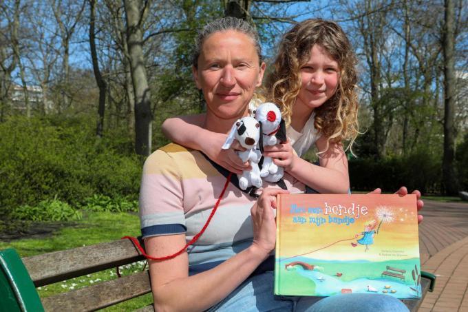 Nathalie Depoorter en haar dochtertje Charlotte bij de presentatie van haar nieuw prentenboekje 'Met een hondje aan mijn bandje'.© (Foto PM)