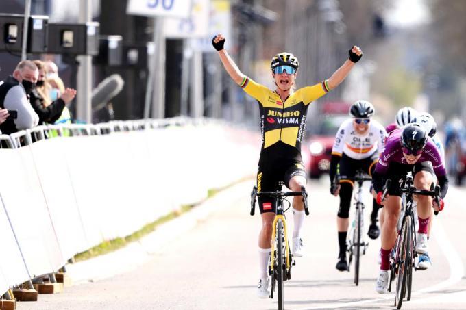 Marianne Vos viert haar overwinning tijdens de Amstel Gold Race Ladies Edition.© (Foto BELGA)