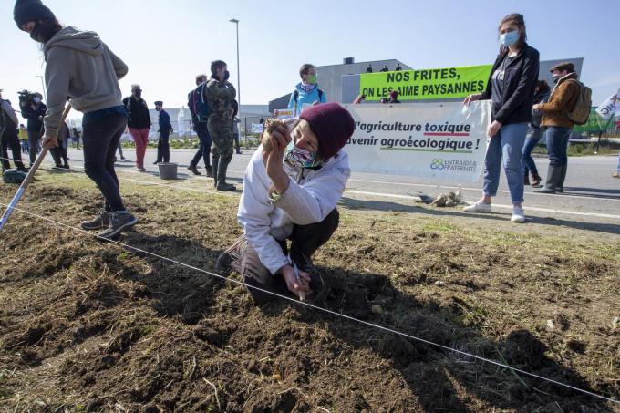 Een honderdtal mensen kwam samen om actie te voeren.© BELGA