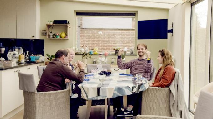 Hanne op bezoek bij de ouders van Dave. De twee groeiden dichter naar elkaar toe, maar de afstand bleek uiteindelijk te groot. (foto VTM)