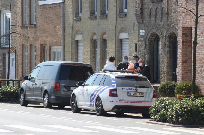 In een rijwoning aan de Woumenweg werd het levenloze lichaam van een man aangetroffen.© Jelle Houwen