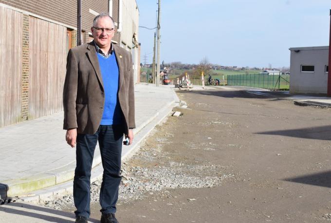Vooraleer de straat open te stellen, benadrukt burgemeester Dirk Sioen het belang van snelheidsremmers in de Zandvoordestrtaat.©Zenon Bekaert