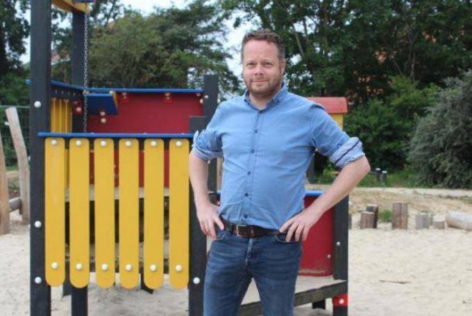 Schepen Frederik Sap op het speelplein dat tijdens de vakanties bestemd is voor de speelpleinwerking.© (foto JT)