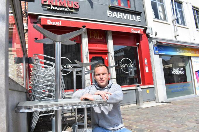 Jason zal nu in plaats van Xander klanten op het terras op hun wenken moeten bedienen. (foto TVW)©TOM VAN HOUTTE
