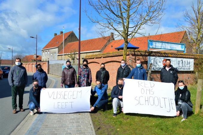 De ouders protesteerden onlangs nog met spandoeken tegen de sluiting van het wijkschooltje.©WK WK