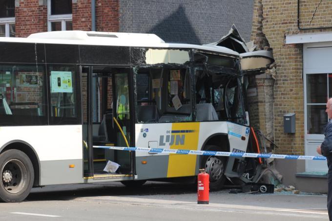 De bus botste tegen de hoek van Bistro La Gare.© BB