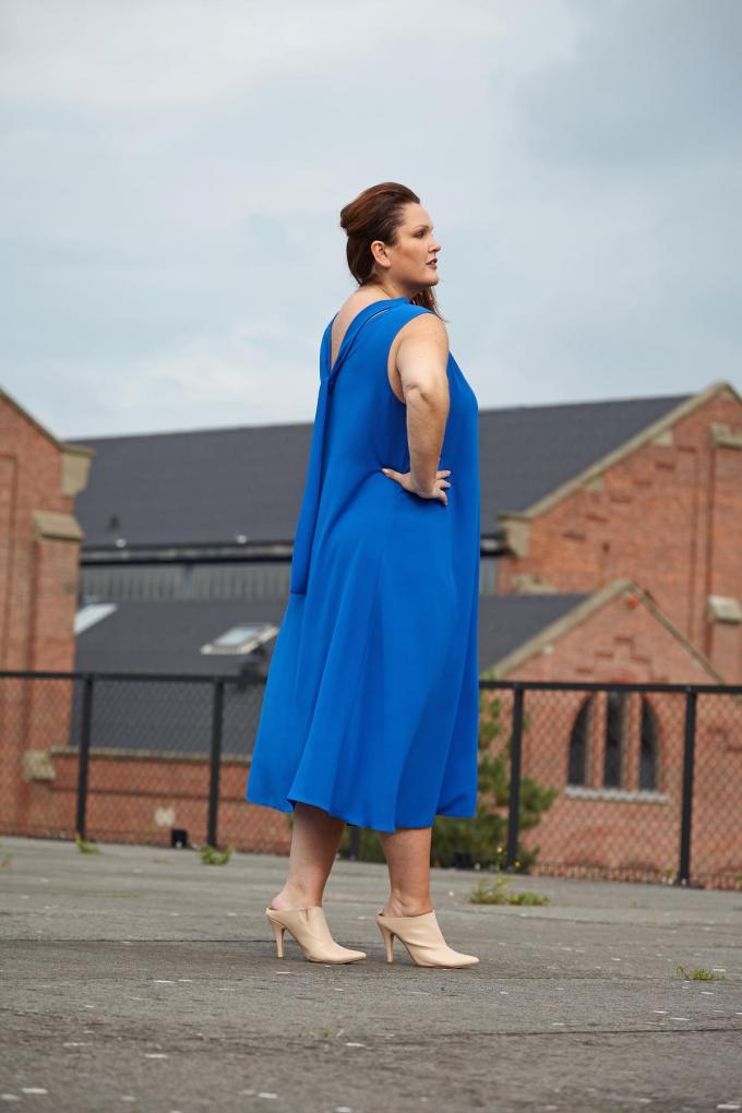 Supervrouwelijke jurk in felblauw (339 euro), van Jacki Collet.©  Jacki Collet