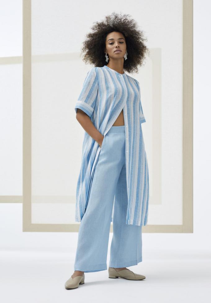 Comfy zomeroutfit bestaande uit een jurk van katoen en linnen (405 euro), linnen pantalon (225 euro) en lederen schoenen (375 euro), van Marina Rinaldi.©  Marina Rinaldi