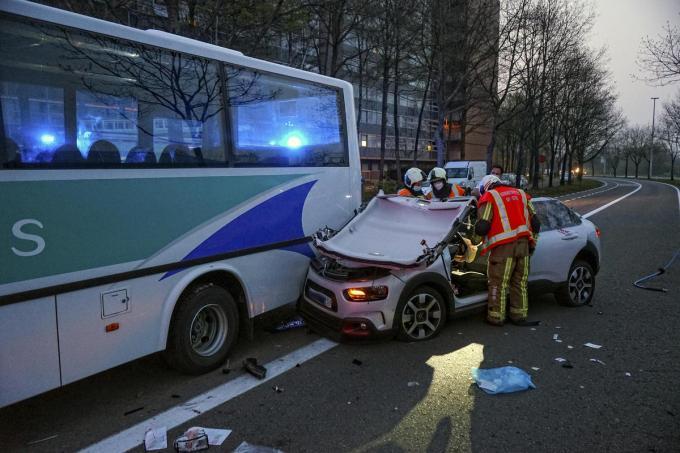 De auto werd helemaal opengeknipt om de bestuurder te bevrijden.© CLL