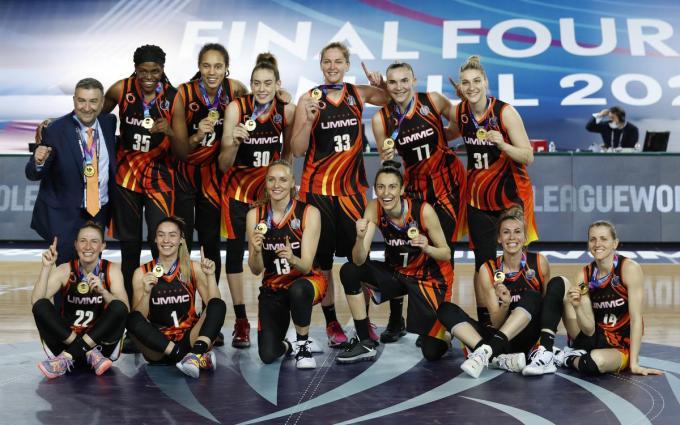 Emma Meesseman (centraal met rugnummer 33) won al voor de vierde keer de EuroLeague basketbal.© REUTERS