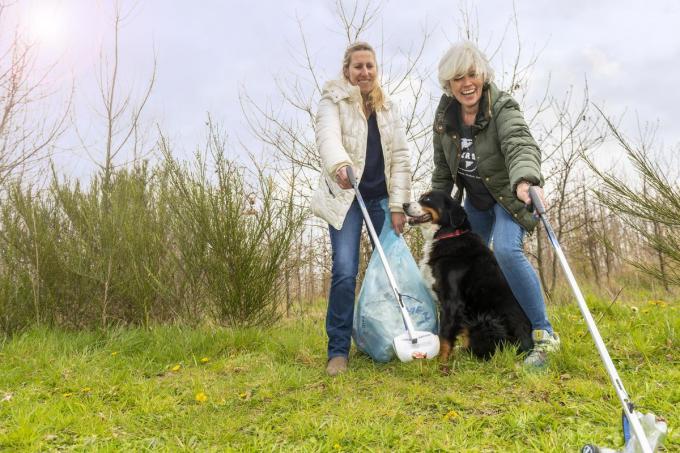 Dominique (rechts) en Hilde gaan elk weekend afval ruimen in het bos om de hoek. (Foto Pieter Clicteur)©Pieter Clicteur;Pieter Clicteur