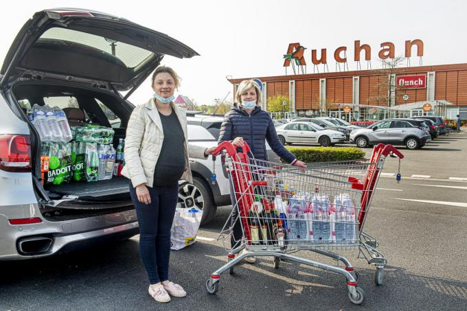 Dochter en moeder Ellen Bouteca en Ann Vergote maakten de oversteek vanuit Houthulst.©JOKE COUVREUR