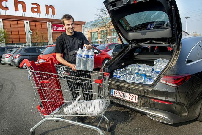 Pallieter Baeye laadde zijn auto vol water.©JOKE COUVREUR