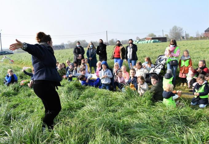 Een trotse directeur Ine Vandecaveye mocht haar leerlingen woensdagmorgen het goede nieuws ter plekke brengen.©TOM VAN HOUTTE foto TVW