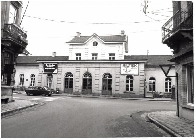 Het station voor het in 1977 werd afgebroken (foto Onroerend Erfgoed)