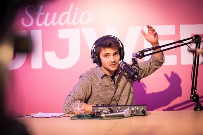 Nathan Naenen maakt een maand lang live radio met jongeren uit jeugdvoorzieningen.©Guillaume Van Laethem Agentschap Opgroeien