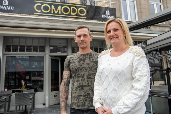 Anja Devos is de nieuwe uitbaatster van de Comodo op de Grote Markt in Izegem. In het weekend zal haar partner Kevin Corneillie bijspringen.©Frank Meurisse Frank Meurisse