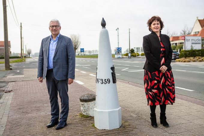 Piet De Groote en Marga Vermue bij de grensovergang tussen Knokke en Sluis.© Davy Coghe