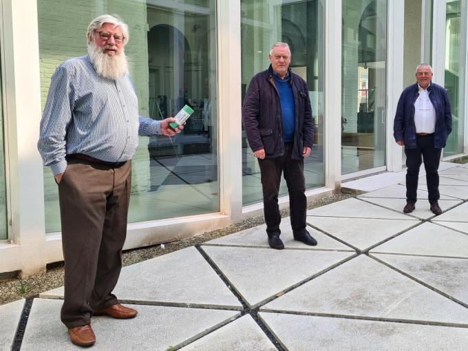 Schepen Herman Ponnet en burgemeester Eddy Lust, in gezelschap van de nationale penningmeester van stomapatiënten Vlaanderen Johnny Billiet (midden). (foto WO)©Wilfried Ossieur