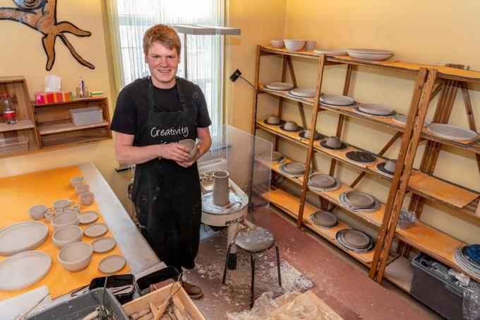 Theo Devriendt is autist, maar vooral artiest, want hij is op zijn 24ste al een heuse expert in het draaien van kleipotten, en het bedienen van de keramiekoven.© KDS