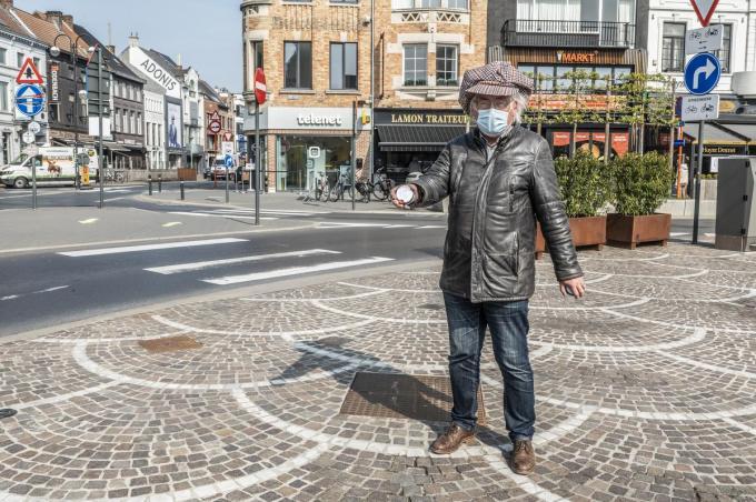 Wilfried Devoldere, voorzitter Maten van Peegie, poseert als Peegie op de markt.© Stefaan Beel