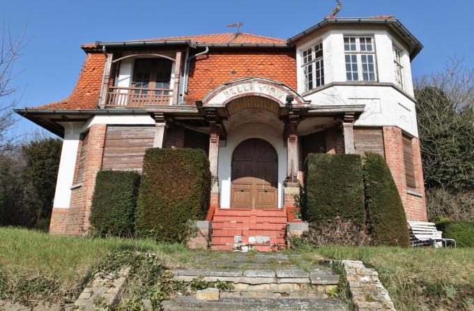De leegstaande villa uit 1929, opgetrokken in pseudo-Normandische stijl, is gemarkeerd op de lijst van bouwkundig erfgoed.© MVO