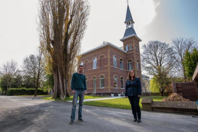 Archivaris Tijs Goethals en Jessy Clynckemaillie van de dienst cultuur bij het kasteel van de familie Schabaillie. (foto MD)©MICHAEL DEPESTELE