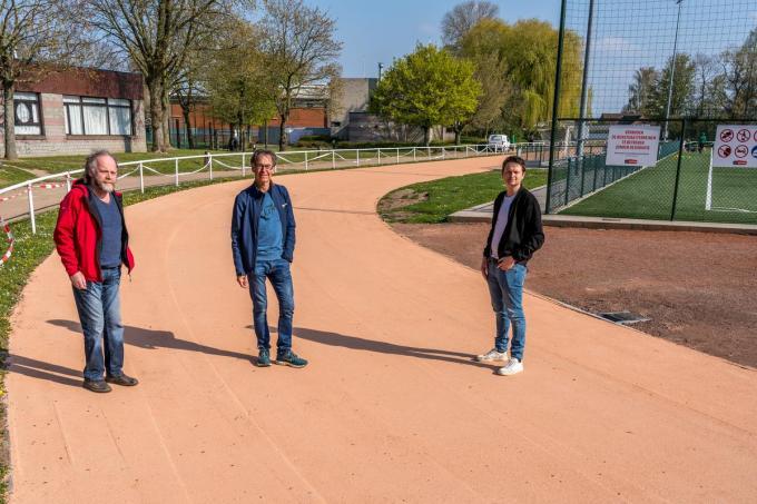 Luc Taveirne (voorzitter ABM), Romain Ossieur (trainer ABM) en schepen Arne Vandendriessche.© Kurt De Schuytener