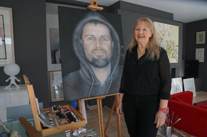 Nelly Paenen met het portret van zoon Jan, die ze omwille van corona maandenlang niet kon zien. Nelly schilderde het portret op basis van een foto. (foto MM)