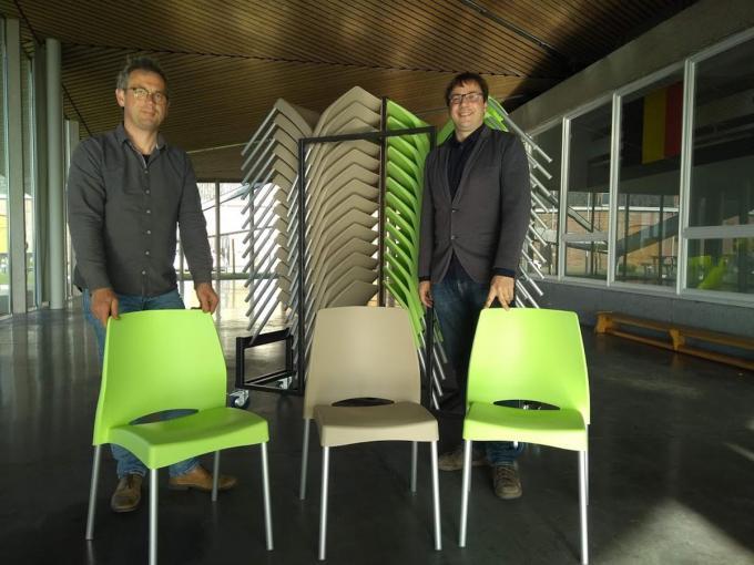Schepen Bart Vanacker en burgemeester De Meyer met de nieuwe stoelen in De Galoye in Loker.© EF