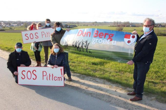 De mensen van het actiecomité en het Bergcomité blijven de handen in elkaar slaan in de strijd tegen de windturbines. (foto Jan)