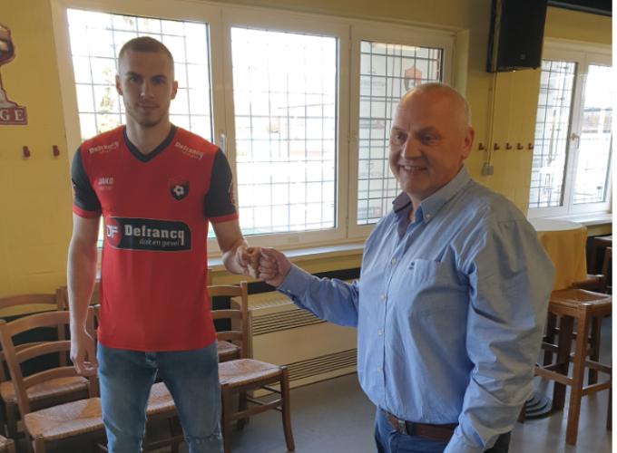 Joedrick Pupe beklinkt zijn overeenkomst met Winkel Sport via een vuistje met sportief manager Patrick Rotsaert.