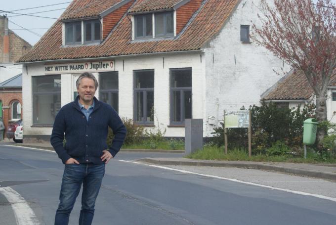 Hendrik Nelde zoekt een uitbater voor zijn nog verder te renoveren horecazaak, gelegen pal op de grens van Alveringem en Frankrijk.© AB