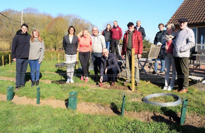 De nieuwe wijngaard wordt geplant in de tuin van wijnresto De Merlijn met zicht op de weidse natuur en heuvelrug.© ZB