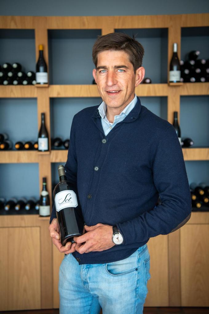 Thomas Pêtre etaleert trots zijn eigen wijn. (foto Frank)©Frank Meurisse Frank Meurisse