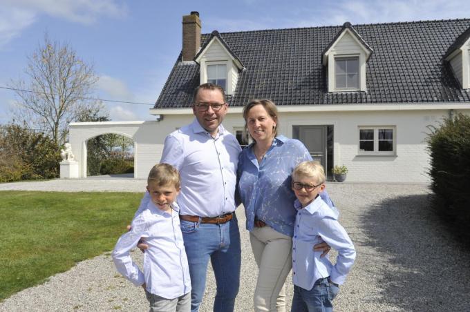 Vincent Laverge, Annelies Vergauwe en de kinderen Mathis (9) en Maxime (8) voelen zich goed in de Hemmestraat.© IV