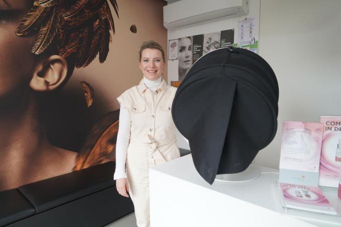 Anne-Laure bij één van de nieuwe toestellen om de huid van het gelaat grondig te inspecteren.© foto Luc