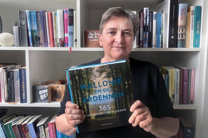 De uit Torhout afkomstige Kristien Hansebout met haar nieuwe boek vol mooie Waalse trajecten: een aanrader voor wandel-, fiets-, motor- en autoplezier.©Johan Sabbe